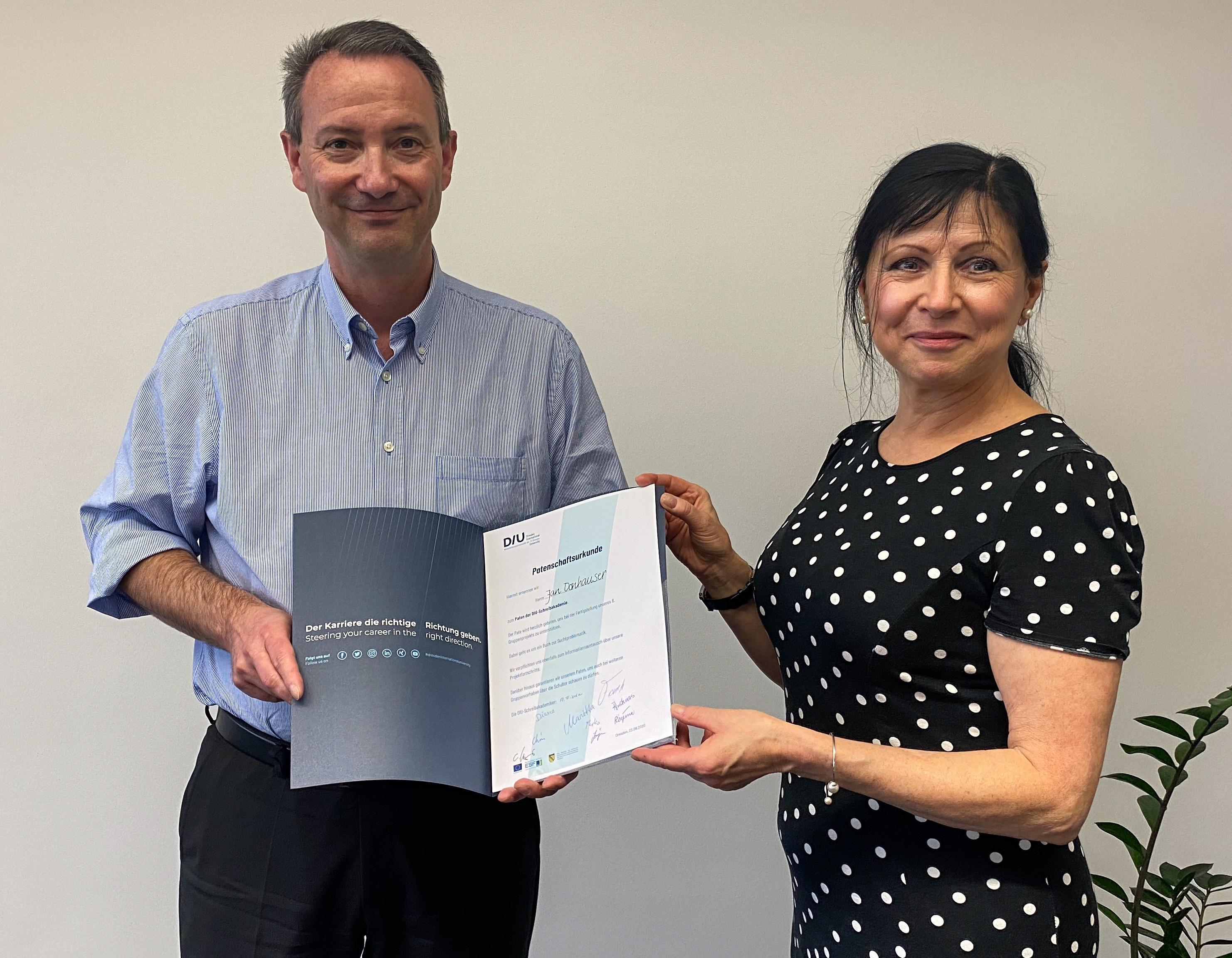 ildungsbürgermeister Jan Donhauser und Dr. Cornelia Wehner bei der Übergabe der Patenschaftsurkunde.